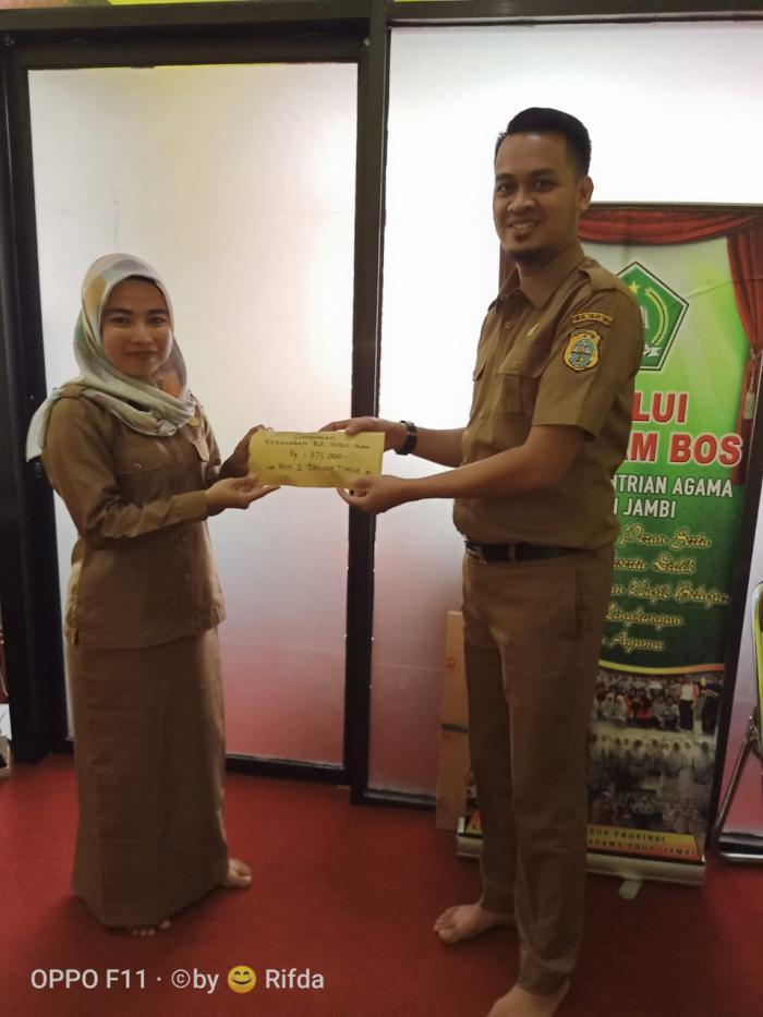 Keluarga Besar MIN 2 Tanjab Timur Berikan Bantuan Sumbangan Kebakaran RA Nurul Islam Rantau Rasau.