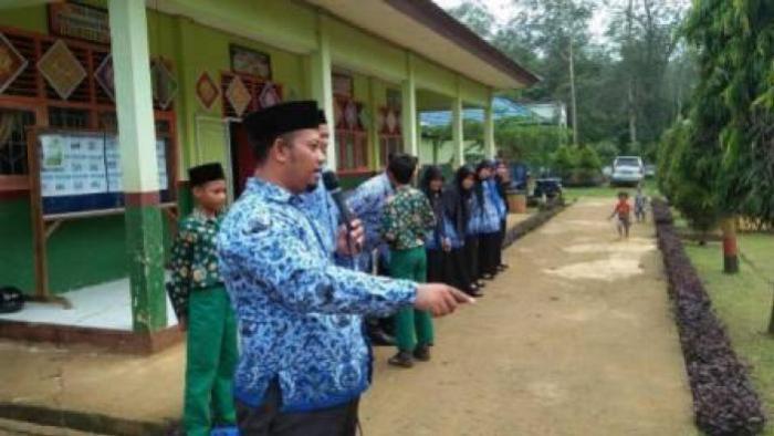 MIN 2 Tanjung Jabung Timur Gelar Upacara Hardiknas